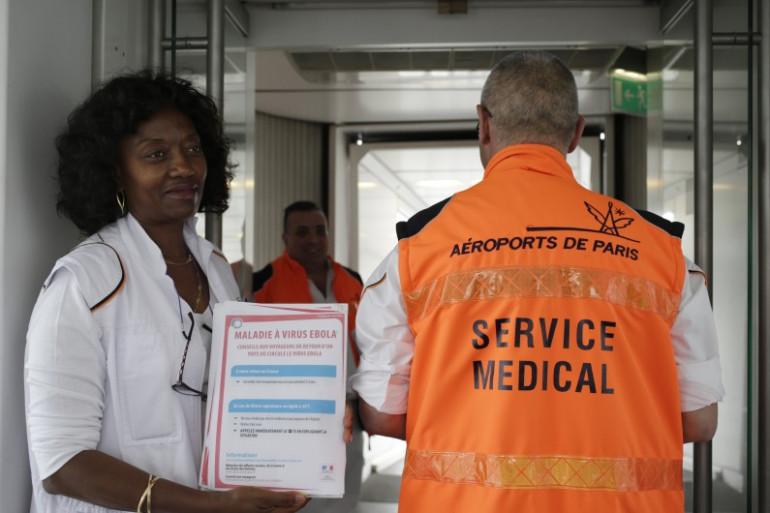 Une équipe médicale présente à l'aéroport Roissy-Charles-de-Gaulle, le 17 octobre 2014.