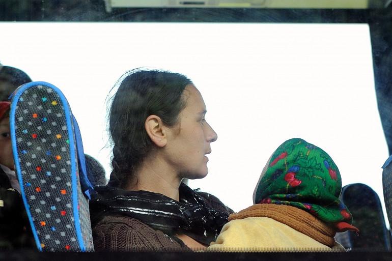 Des personnes de la communauté Rom dans un bus après avoir été expulsés de leur camp en juin 2013 à Lille (archives).