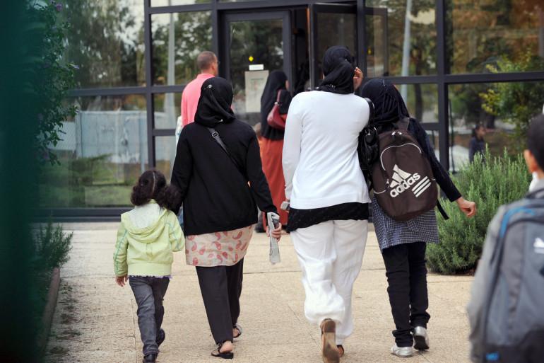 Des élèves du Lycée musulman Al-Kindi s'apprêtent à rentrer en classe le 2 septembre 2009 à Décines-Charpieu dans la banlieue de Lyon.