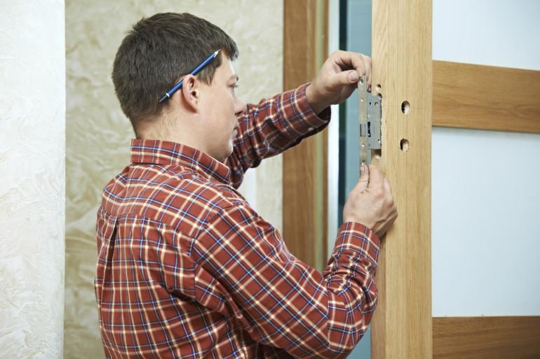 Quelques étapes simples suffisent pour changer le barillet d'une serrure de porte
