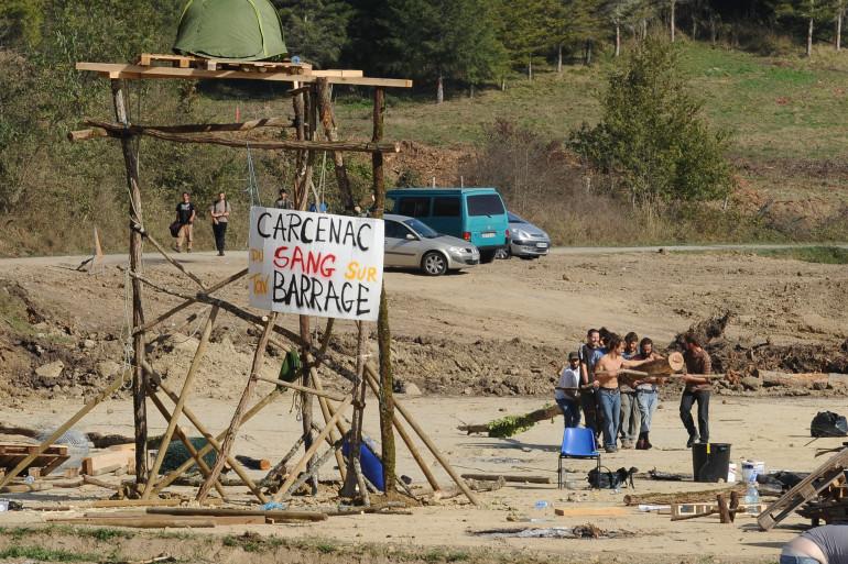 Les opposants construisent une barricade sur le chantier du barrage de Sivens, le 27 octobre 2014.