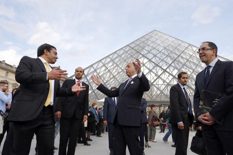 Le ministre des Affaires étrangères Laurent Fabius et son homologue émirati Prince Abdullah bin Zayed al-Nahyan au côté du président du musée du Louvre Jean-Luc Martinez à Paris le 9 mai 2014