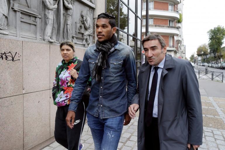 Brandao, accompagné de sa mère et de son avocat, devant la FFF, le 4 novembre 2014, à Paris.