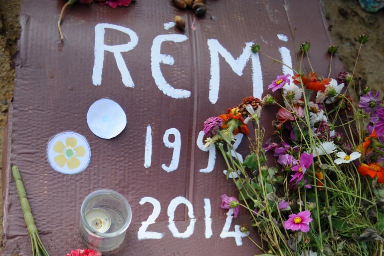 Un cercueil en carton déposé à Lisle-sur-Tarn en hommage à Rémi Fraisse, le 6 novembre 2014