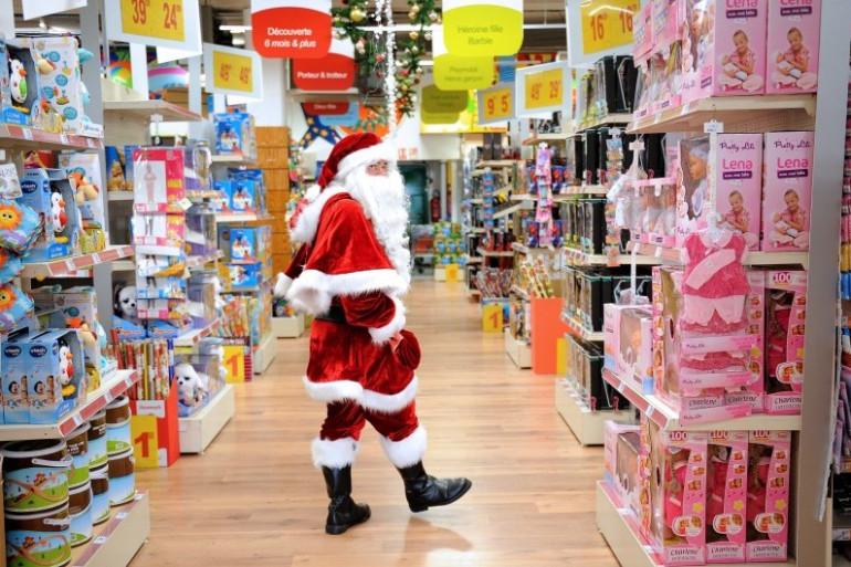 Le père Noël vadrouille dans les allées d'un magasin de jouets lillois, le 15 décembre 2012