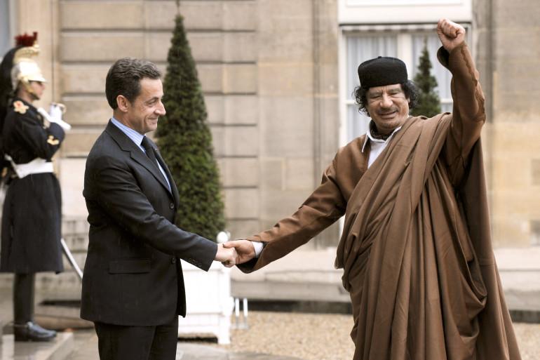 Nicolas Sarkozy reçoit Mouammar Kadhafi à l'Élysée le 12 octobre 2007