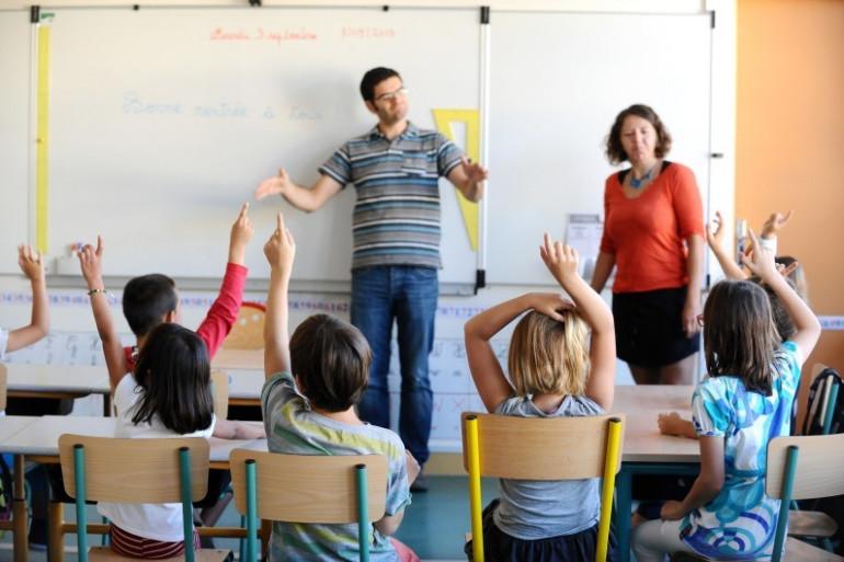 Un professeur utilise le langage des signes dans une classe avec des enfants sourds