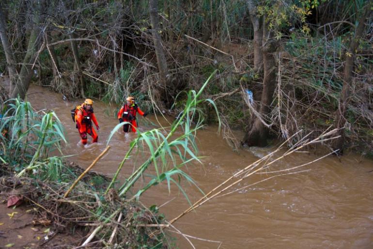 Des pompiers à la recherche des personnes disparues à Londe-les-Maures, le 28 novembre 2014.