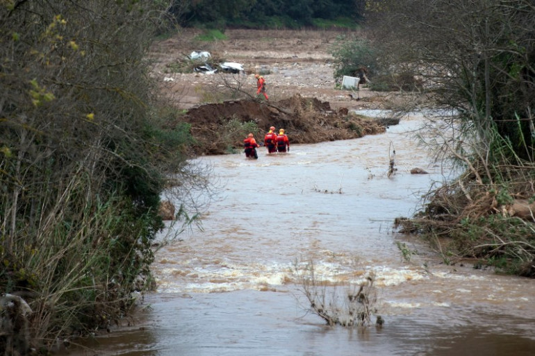 Des sauveteurs à la recherches de personnes disparues à La Londe-les-Maures, le 28 novembre 2014.