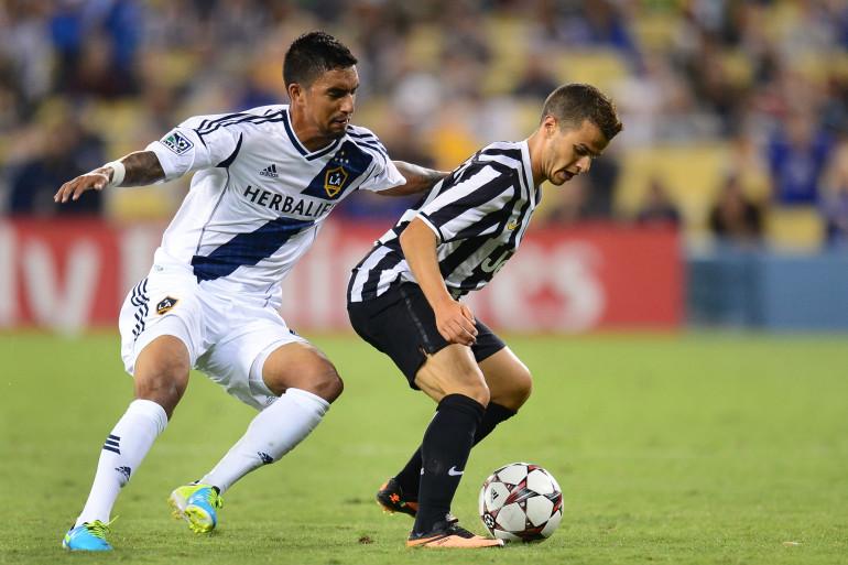 De La Garza, des Los Angeles Galaxy, aux prises avec Sebastian Giovinco lors d'une rencontre face à la Juventus, le 3 août 2013 (archives)