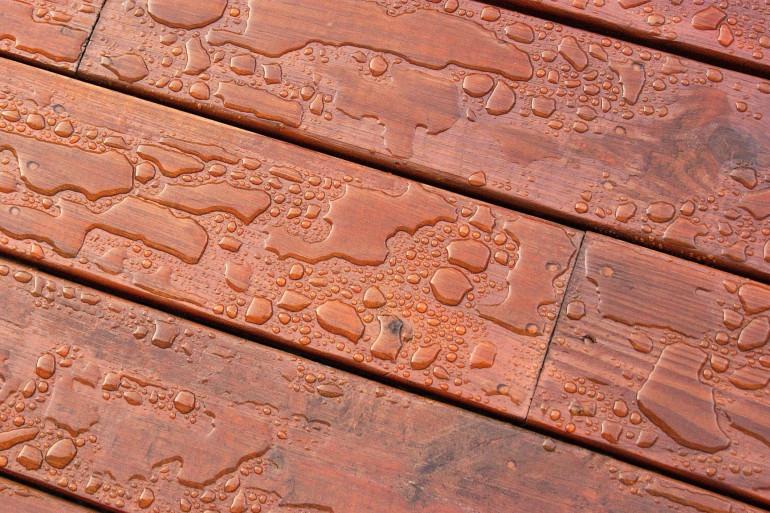 Imperméabiliser une terrasse permet de la protéger des intempéries et d'augmenter sa durée de vie