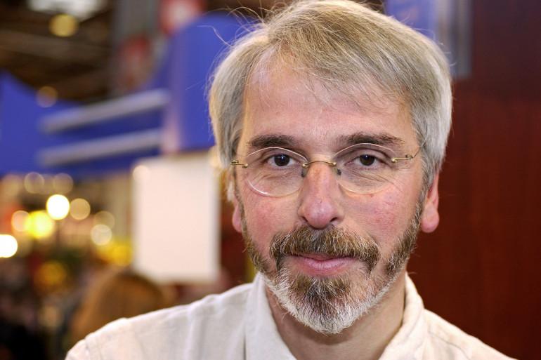 L'écrivain Philippe Delerm pose lors du 23e salon du livre, le 22 mars 2003 porte de Versailles à Paris.