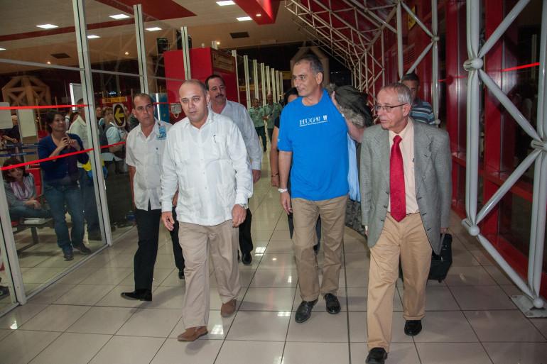 Le médecin cubain atteint par Ebola Felix Baez (centre) est arrivé à Cuba le 6 décembre