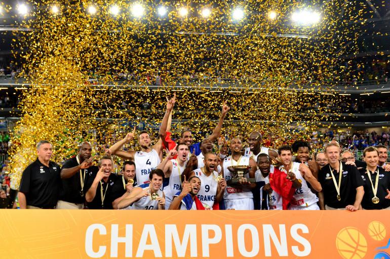 L'équipe de France de basket masculin célèbrant sa victoire à l'Eurobasket en Lituanie, le 22 septembre 2013 (archives).