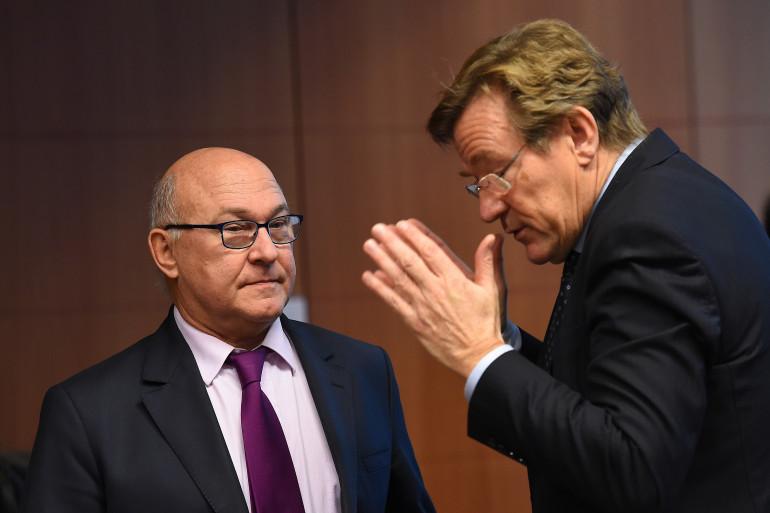 Le ministre des Finances Michel Sapin avec son homologue belge, lors de la réunion de l'Eurogroupe, le 8 décembre 2014 à Bruxelles.