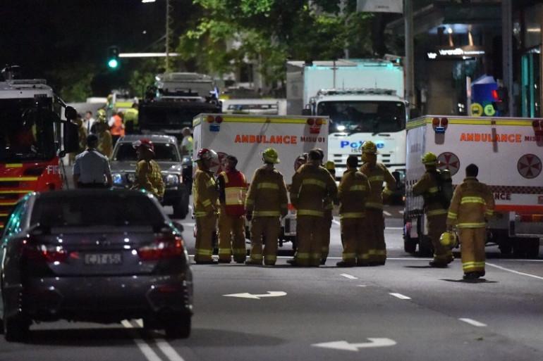 Sydney : des ambulances sont postées devant le café Lindt, le 15 décembre 2014