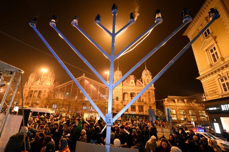 Une menorah géante installée lors de la fête juive de Hanouka