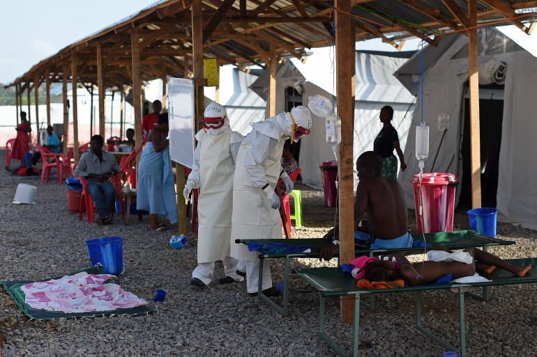 Des médecins protégés traitent des malades d'Ebola dans un camp au Sierra Leone.