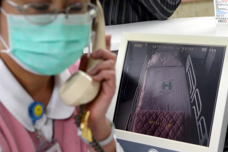 La patiente a été hospitalisée deux semaines après avoir consommé du poulet (illustration).