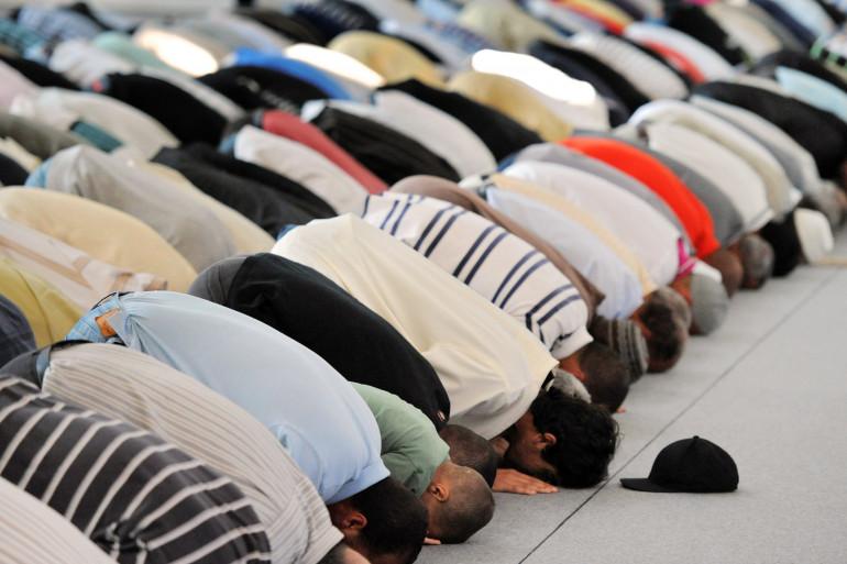 Des hommes prient dans une mosquée (Illustration)