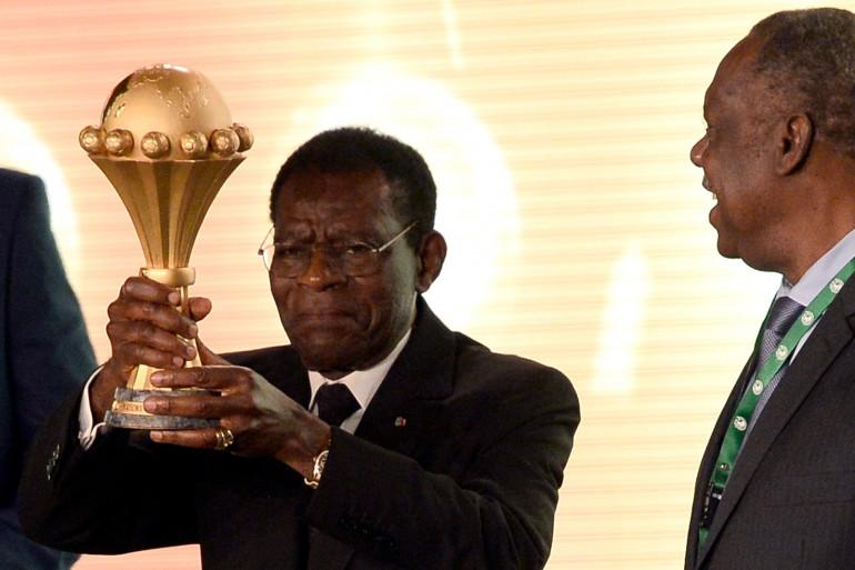 Le président de Guinée Equatoriale Teodoro Obiang Nguema portant la coupe de la CAN 2015 lors d'une cérémonie, le 3 décembre 2014 à Malabo (archives).
