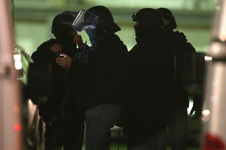 Des membres de la police à Charleville-Mézières où s'est rendu à la police le 7 janvier un jeune suspect.