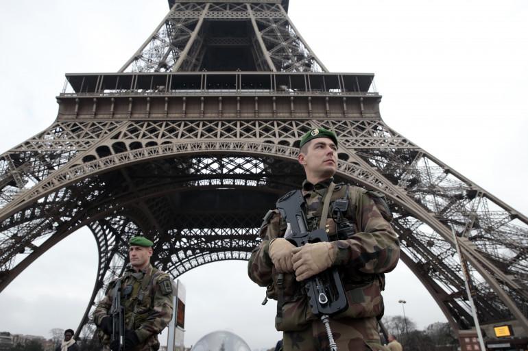 Des soldats patrouillent devant la Tour Eiffel le 7 janvier 2015
