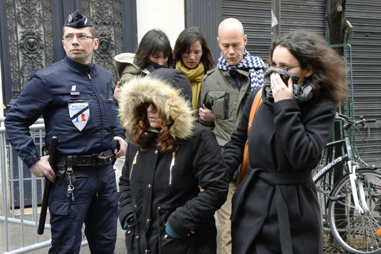 Le journaliste Laurent Léger(derrière à droite) et les dessinatrices Catherine Meurisse (derrière à gauche) et Corinne Rey alias Coco (devant à droite) arrivent chez Libération, le 9 janvier 20153