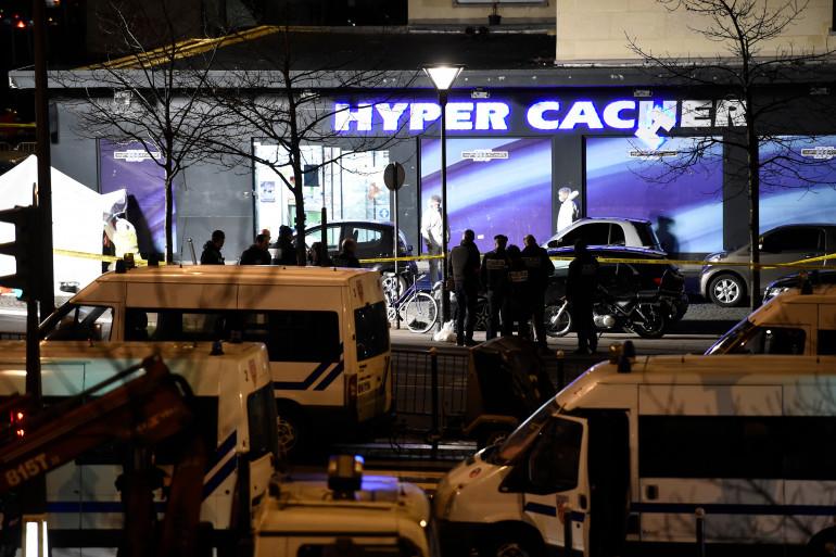 Les forces de l'ordre française devant l'Hyper Cacher de la porte de Vincennes après la prise d'otages par Amedy Coulibaly le 9 janvier 2015.