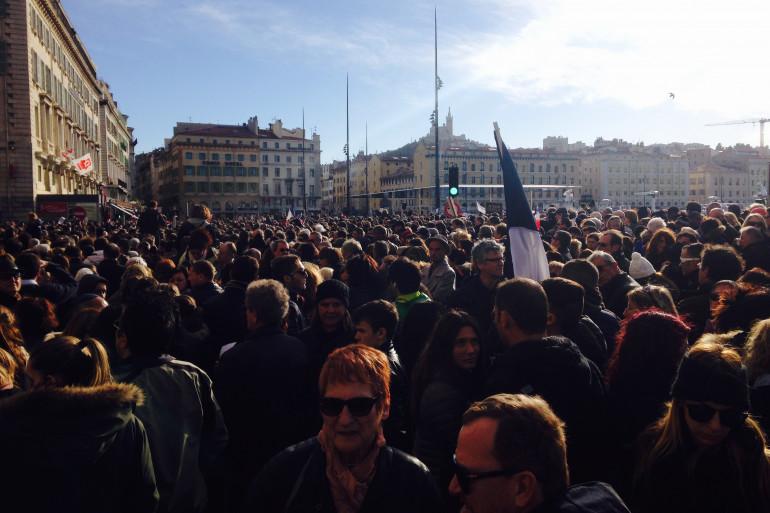 Le Vieux-Port de Marseille noir de monde pour les victimes des attentats