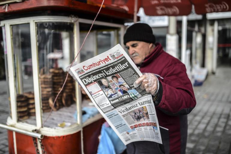 Un homme lit Cumhuriyet au lendemain de l'attentat contre Charlie Hebdo, le 8 janvier 2015, à Istanbul en Turquie.