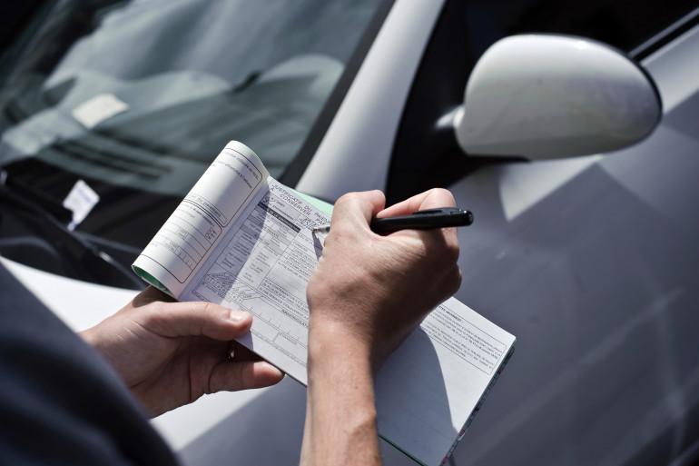 Un agent de surveillance de la voie publique met une contravention pour mauvais stationnement (image d'illustration)