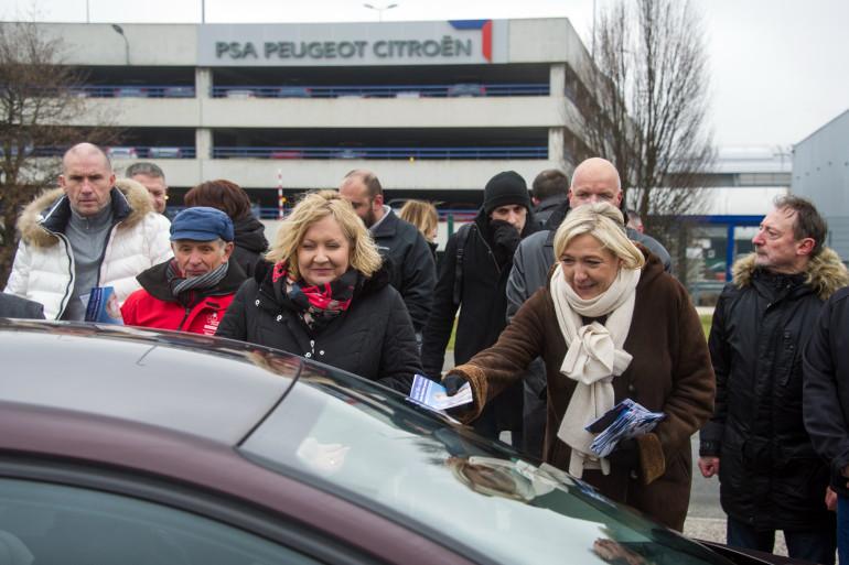 Marine Le Pen tracte à la sortie des usines PSA Peugeot-Citroën, dans le Doubs, le 23 janvier 2015, pour soutenir la candidate FN à la législative partielle