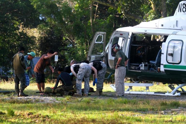Un policier blessé est évacué par hélicoptère à Mamasapano, aux Philippines.