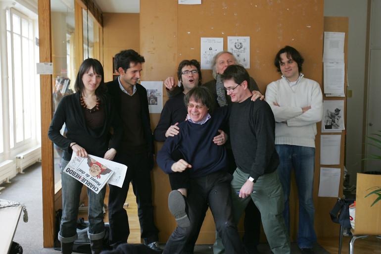 L'équipe de Charlie Hebdo en 2006 avec le dessinateur Jul (2e à gauche)