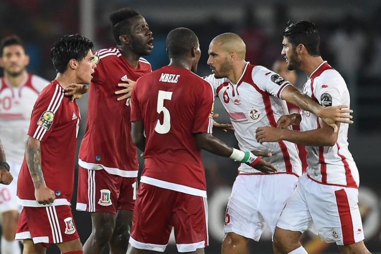 Le milieu de terrain tunisien Hocine Ragued tente de mettre fin à une dispute lors des quarts de finale face à la Guinée équatoriales le 31 janvier 2015.