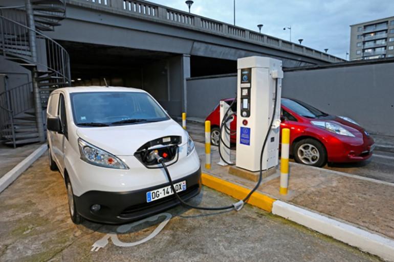 La borne de recharge a été mise au point par une PME, DBT, qui s'est alliée à Nissan