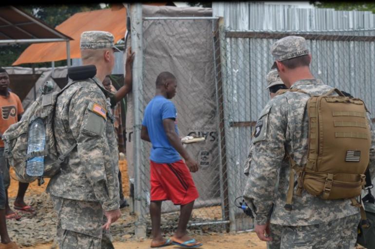 Des soldats américains devant un centre de traitement de l'épidémie Ebola au Liberia, le 10 novembre 2014.