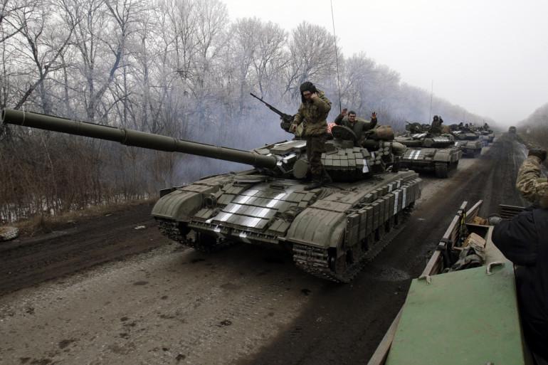 Un convoi de l'armée ukrainienne en direction de Debaltseve, ville stratégique  où les forces ukrainiennes sont quasiment encerclées par les séparatistes prorusses, le 14 février 2015.