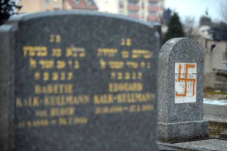 Une tombe profanées dans le cimetière juif de Strasbourg le 27 janvier 2010 (Illustration)