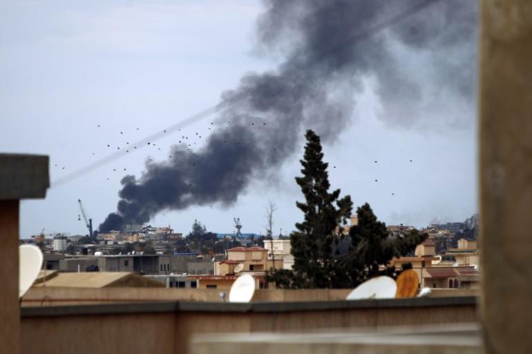 De la fumée s'élève après un bombardement à Benghazi, le 14 février 2015.