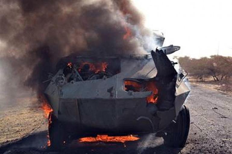 Un véhicule blindé de Boko Haram en feu après un attaque de l'armée.