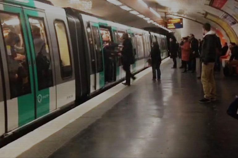 Une vidéo du Guardian montre des supporters de Chelsea empêchant un homme noir de monter dans un métro parisien, le 17 février 2015
