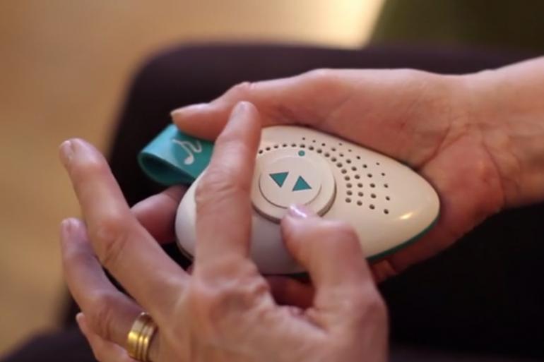 Porté autour du cou du patient, le lecteur mp3 permet aux proches de jouer une chanson qui leur est associée avant chaque visite