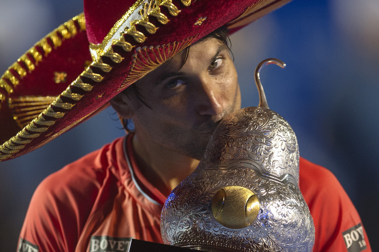 David Ferrer, coiffé d'un chapeau traditionnel mexicain, soulève le trophée.