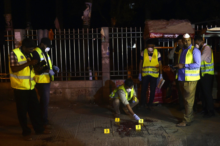 Les enquêteurs sur le site du meurtre d'Avijit ROy à Dacca, au Bangladesh, le 27 février 2015.