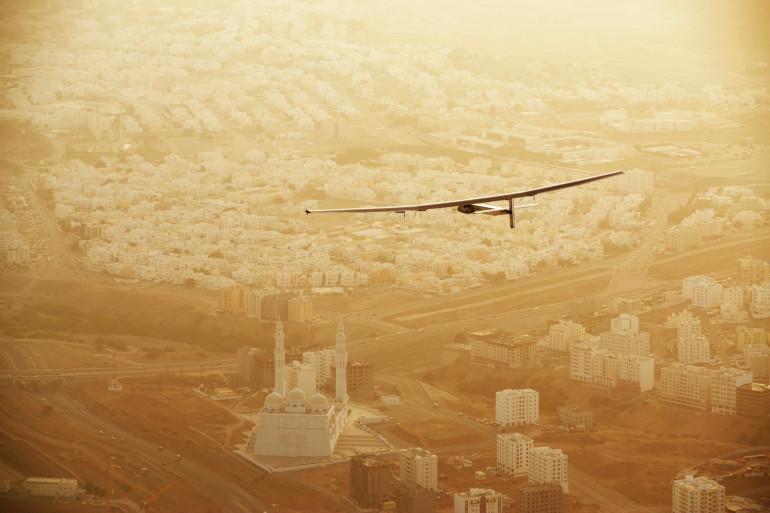 L'avion Solar Impulse 2 au dessus de Mascate, la capitale omanaise, le 10 mars 2015.