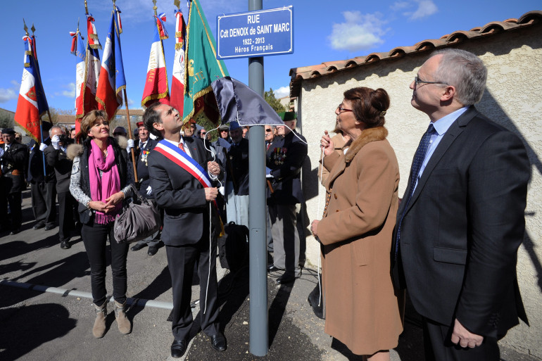 """Le maire affilié FN de Béziers Robert Ménard inaugure la """"rue du commandant Hélie Denoix de Saint-Marc"""" le 14 mar 2015."""