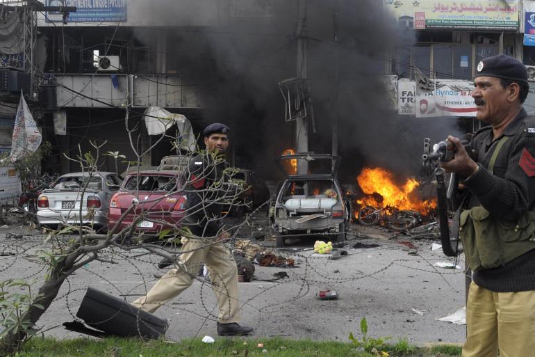Des policiers pakistanais sur le site d'un attentat à Lahore, le 17 février 2015 (Illustration).