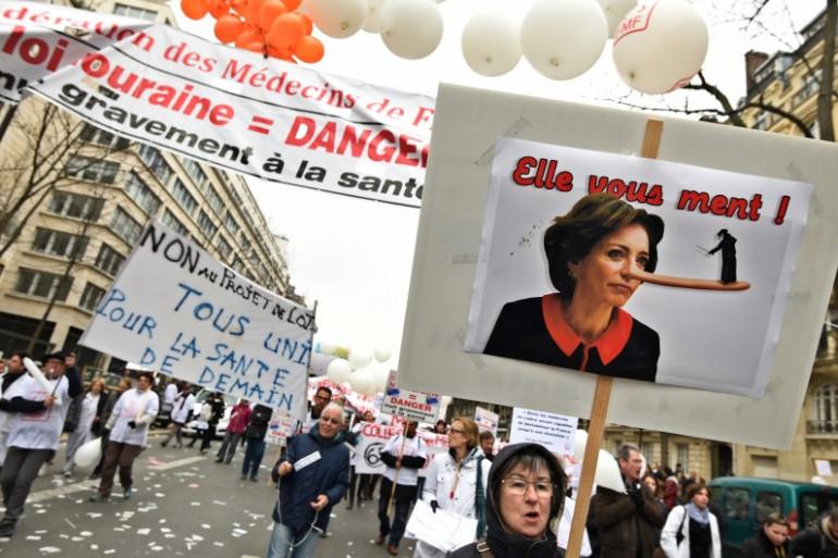 Le monde médical manifeste contre le projet de loi santé de Marisol Touraine à Paris, le 15 mars 2015.